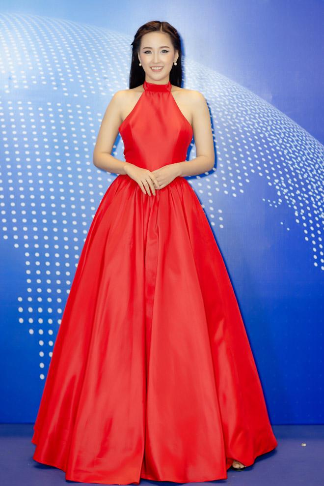 """Mai Phương Thúy mặc váy yếm """"lai"""" truyền thống với hiện đại - 1"""