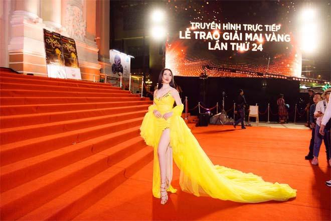 """24h HOT: Bị ban tổ chức mời về, Thư Dung vẫn cố """"làm lố"""" phản cảm trên thảm đỏ - 1"""