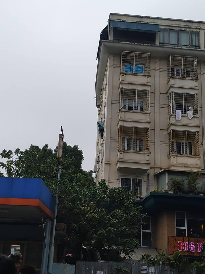 """Hà Nội: Cô gái trẻ đánh đu trên lan can tầng 3, liên mồm hô """"gọi cảnh sát giúp"""" - 1"""