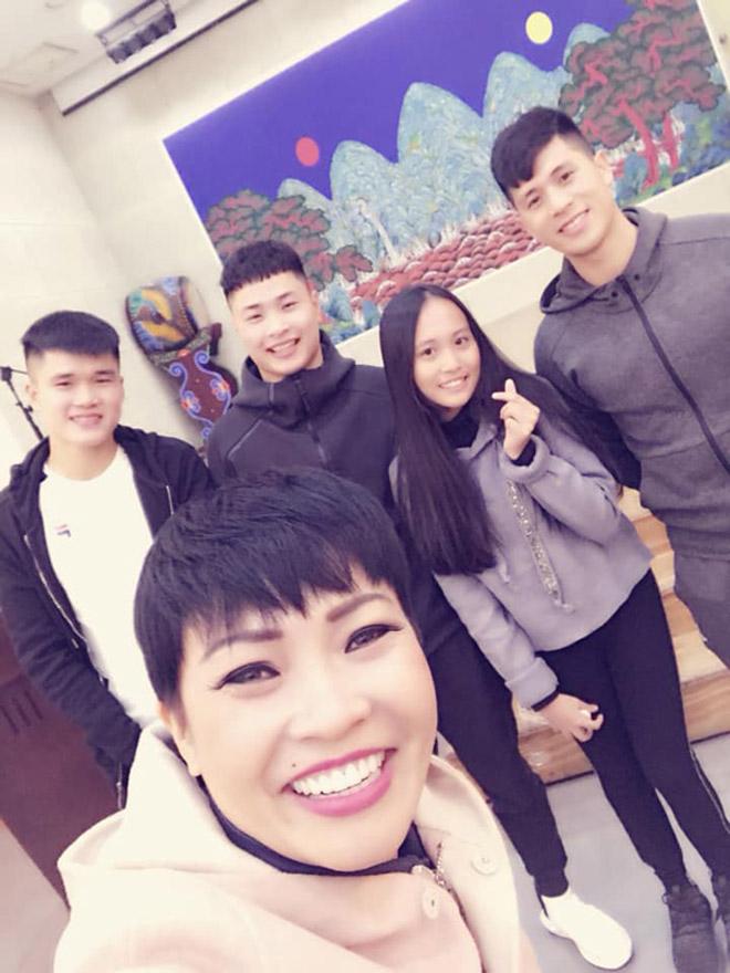 Mẹ con Phương Thanh bất ngờ gặp Đình Trọng đang dưỡng thương ở Hàn Quốc - 1