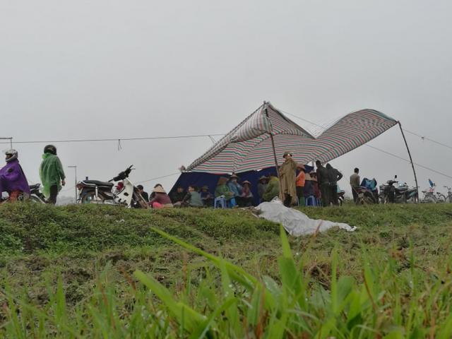 """Vụ dân chặn xe vào bãi rác Nam Sơn: """"Không giải quyết, chúng tôi sẵn sàng ăn Tết ngoài đồng"""""""