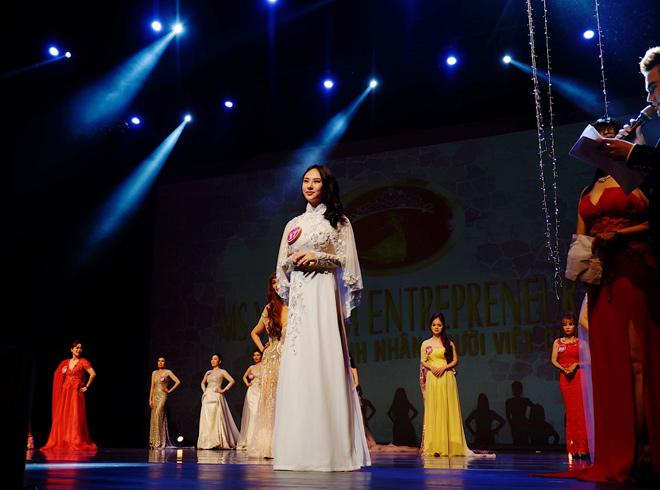 Thu Hoàng đăng quang Hoa hậu Áo dài, toả sáng trong trang phục của nhà thiết kế Ngô Nhật Huy - 1