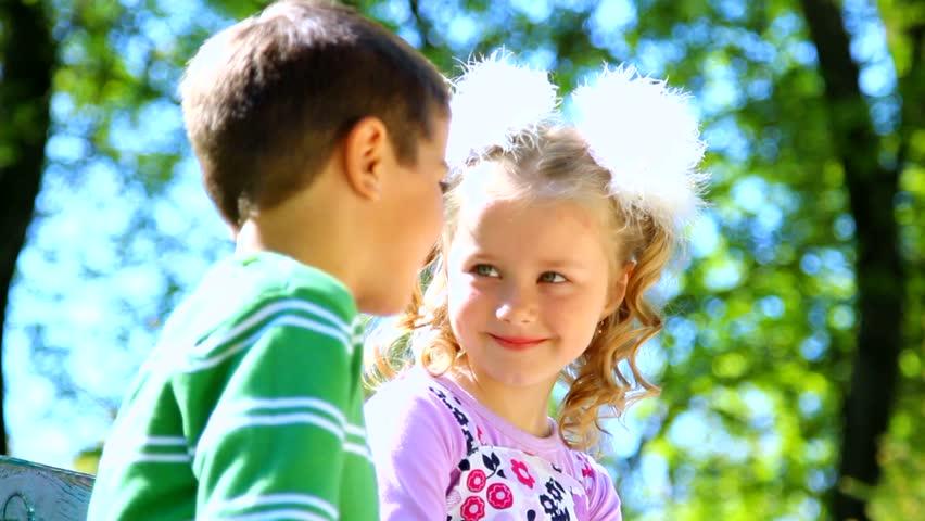 3 dấu hiệu bố mẹ nhận biết trẻ có đang yêu sớm hay không - 1