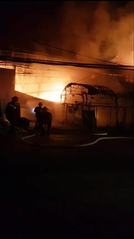 Phá tường, cứu 4 người kẹt trong đám cháy lớn lúc rạng sáng - 1
