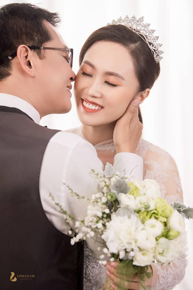 NSND Trung Hiếu bất ngờ công bố ảnh cưới với cô dâu xinh đẹp kém 19 tuổi - 1