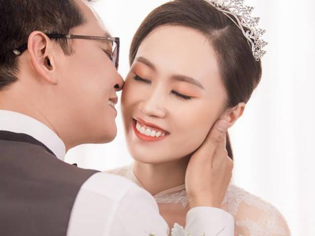 NSND Trung Hiếu bất ngờ công bố ảnh cưới với cô dâu xinh đẹp kém 19 tuổi