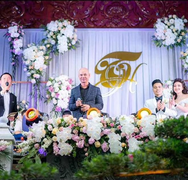 """24h HOT: Nam ca sĩ hai lần hát trong đám cưới """"khủng"""" 100 cây vàng ở Nam Định là ai? - 1"""