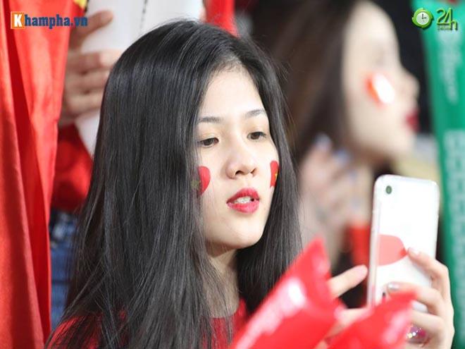 Fan nữ Việt xinh đẹp trên khán đài UAE cổ vũ Quang Hải lập siêu phẩm - 1
