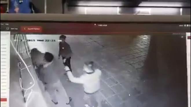 Truy tìm nhóm thanh niên túm tóc đập đầu, hành hung cô gái ở chung cư Linh Đàm - 1