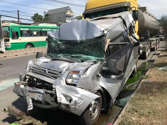 Ô tô 16 chỗ vỡ nát, bị kẹp chặt giữa xe bồn và xe ben - 1