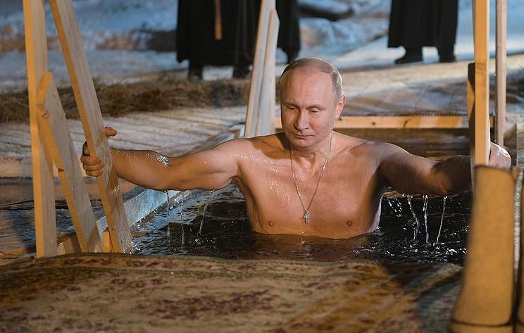 Video: Ông Putin cởi trần bước xuống hồ nước lạnh ngâm mình - 1
