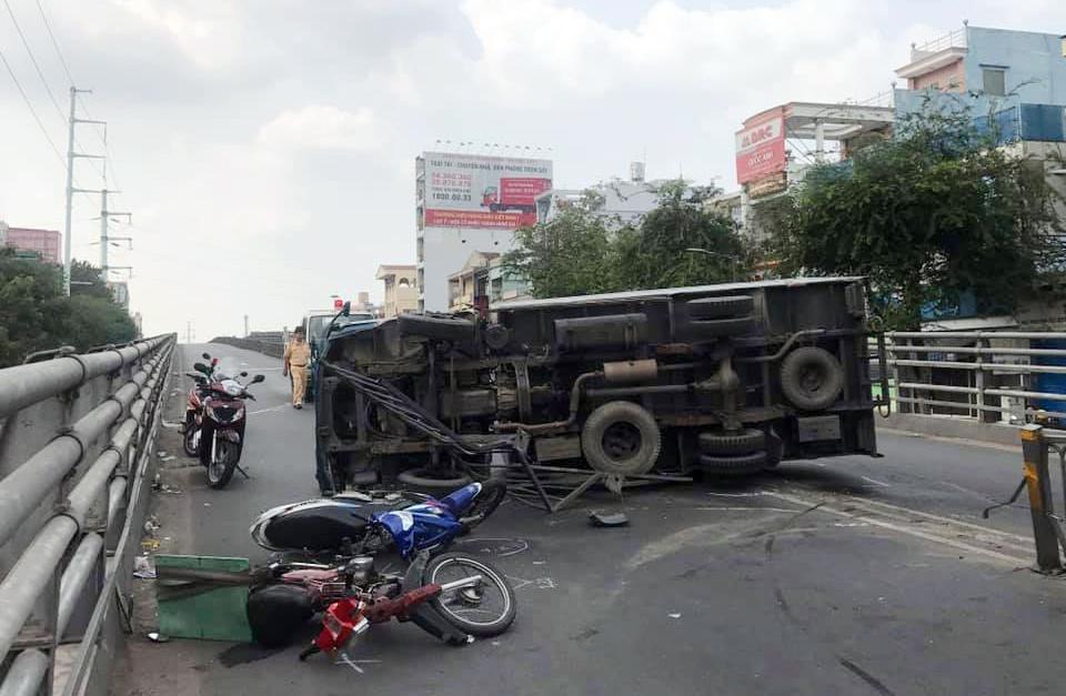 """Xe tải """"đại náo"""" cầu vượt thép ở Sài Gòn, nhiều người bị thương - 1"""