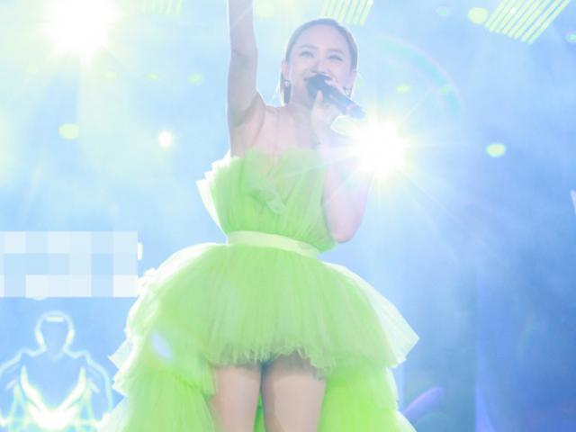 """Ca nhạc - MTV - Khán giả """"thót tim"""" vì chiếc váy ngắn hết cỡ của Tóc Tiên"""