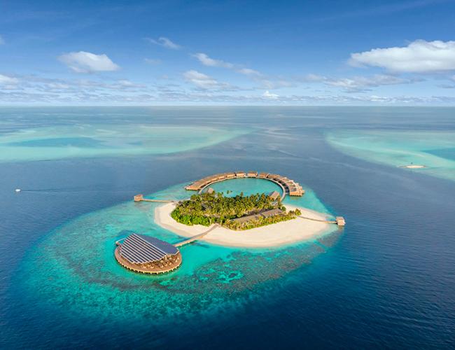 Kydoo Maldives nằm trên một hòn đảo tư nhân ở đảo san hô Lhaviyani, Ấn Độ Dương. Khu nghỉ dưỡng nhỏ này được mệnh danh là khu nghỉ dưỡng mới sang trọng bậc nhất năm 2019