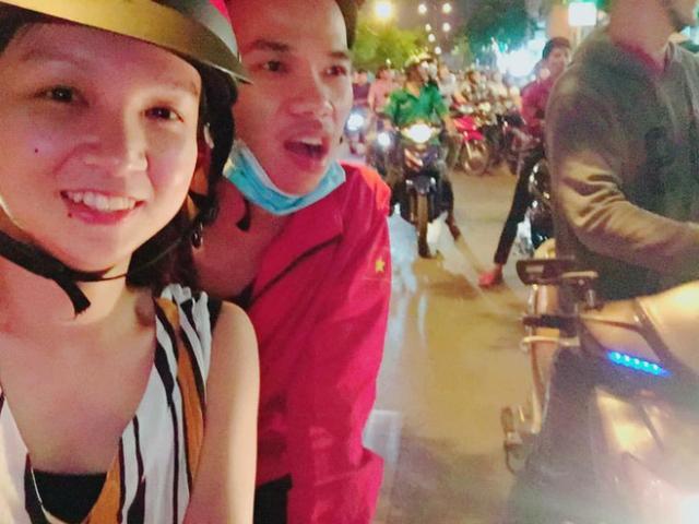 """Bắt xe ôm đúng lúc Việt Nam đá luân lưu, cô gái rủ luôn tài xế đi """"bão"""""""