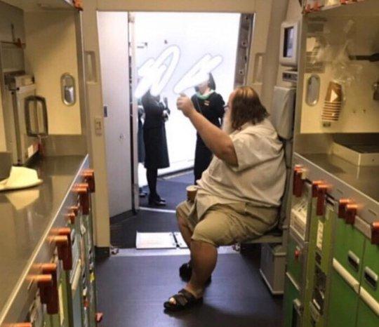"""Nữ tiếp viên hàng không Đài Loan khổ sở vì bị khách ép lau """"chỗ hiểm"""" - 1"""