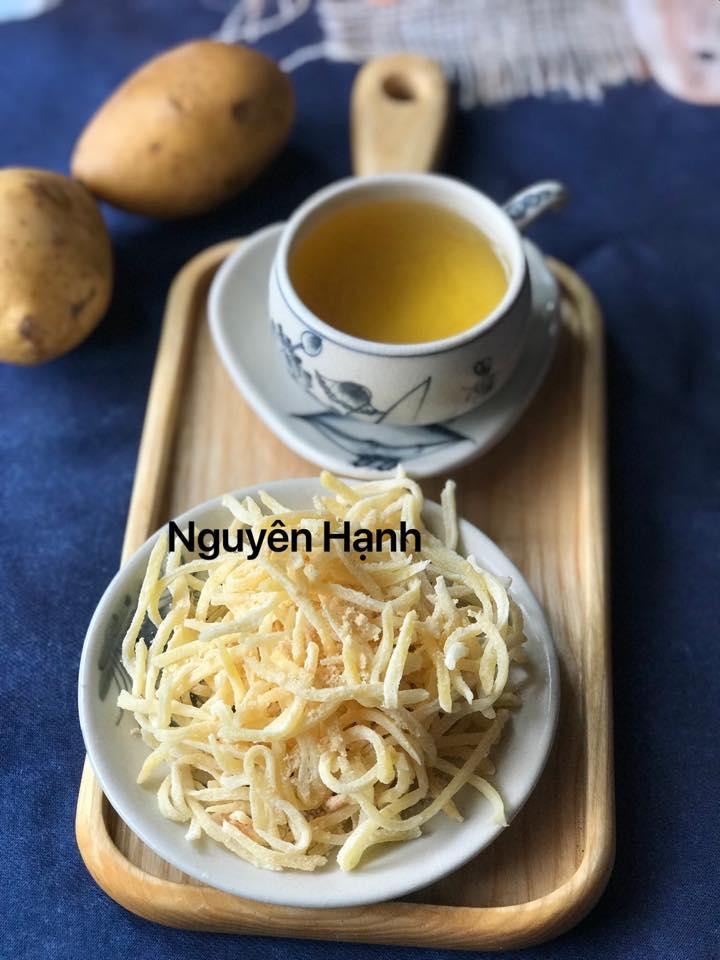Cận Tết chị em mầy mò làm món mứt khoai tây giòn ngọt đãi khách - 1
