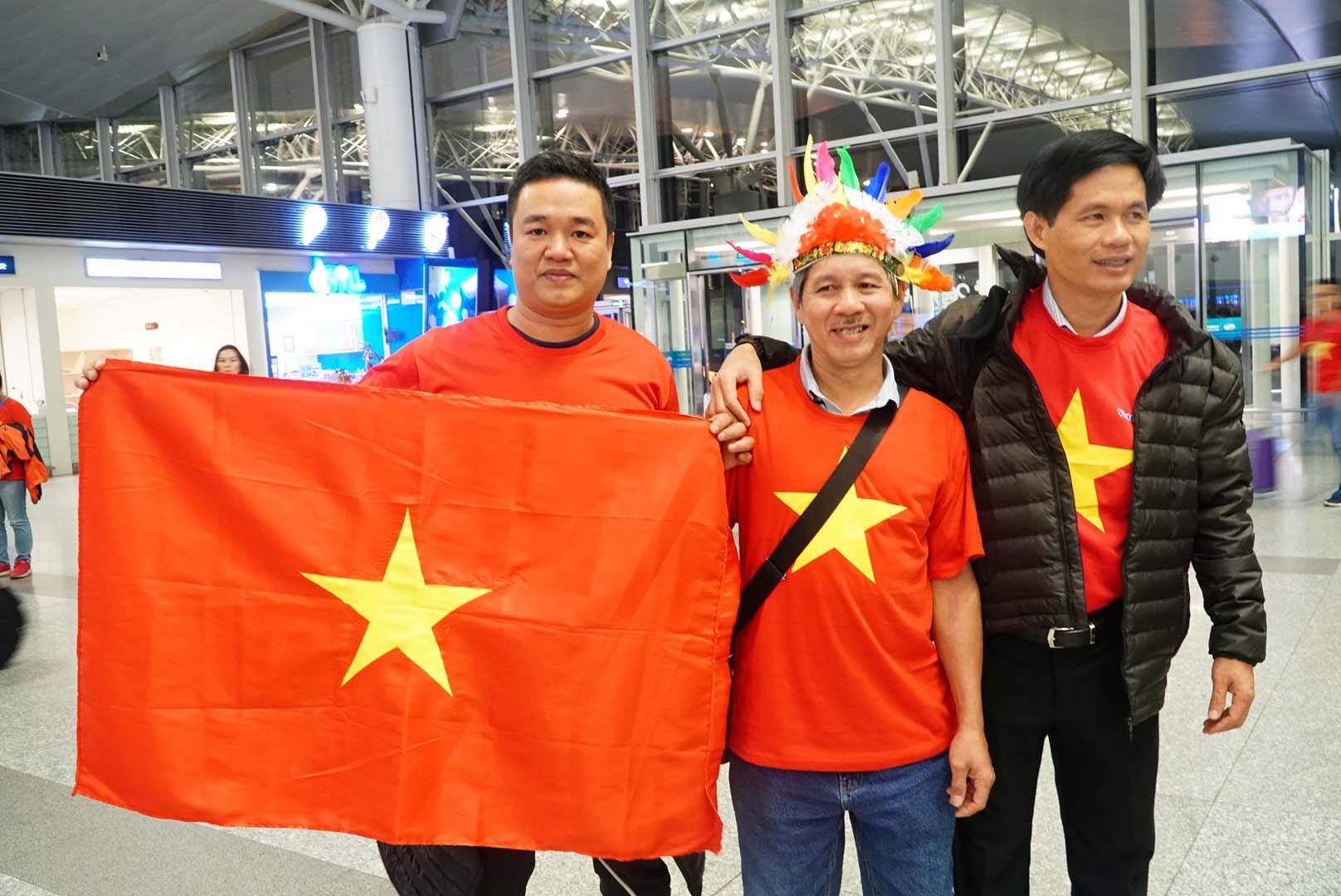 """Fan """"nhuộm đỏ"""" sân bay Tân Sơn Nhất sang UAE """"tiếp lửa"""" cho tuyển Việt Nam - 1"""