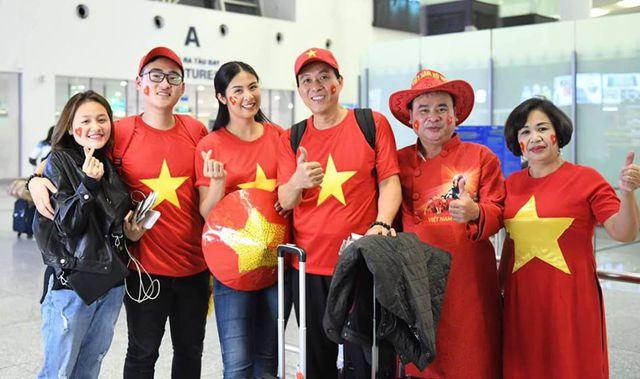 """Hoa hậu, MC """"đỏ rực"""" sân bay Dubai để cổ vũ VN trước trận gặp Nhật - 1"""
