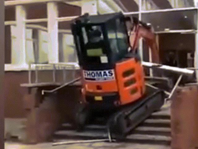 Bị nợ tiền công, người đàn ông lái máy xúc lao vào khách sạn phá phách