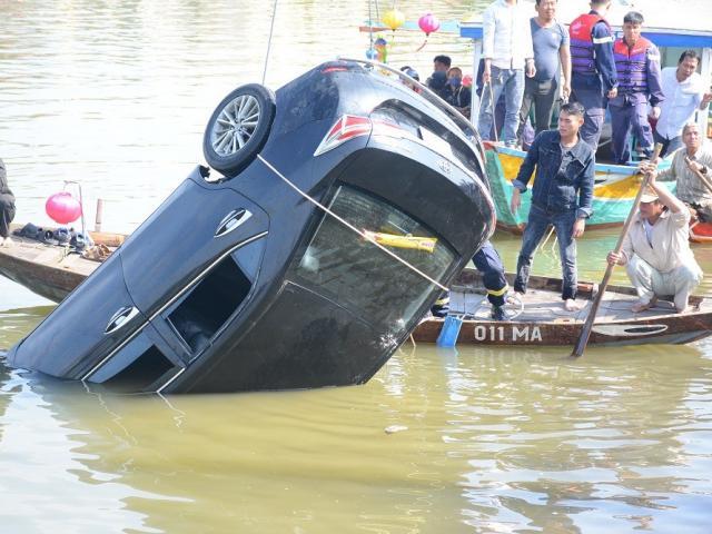 Hiện trường thương tâm vụ ô tô lao xuống sông Hoài