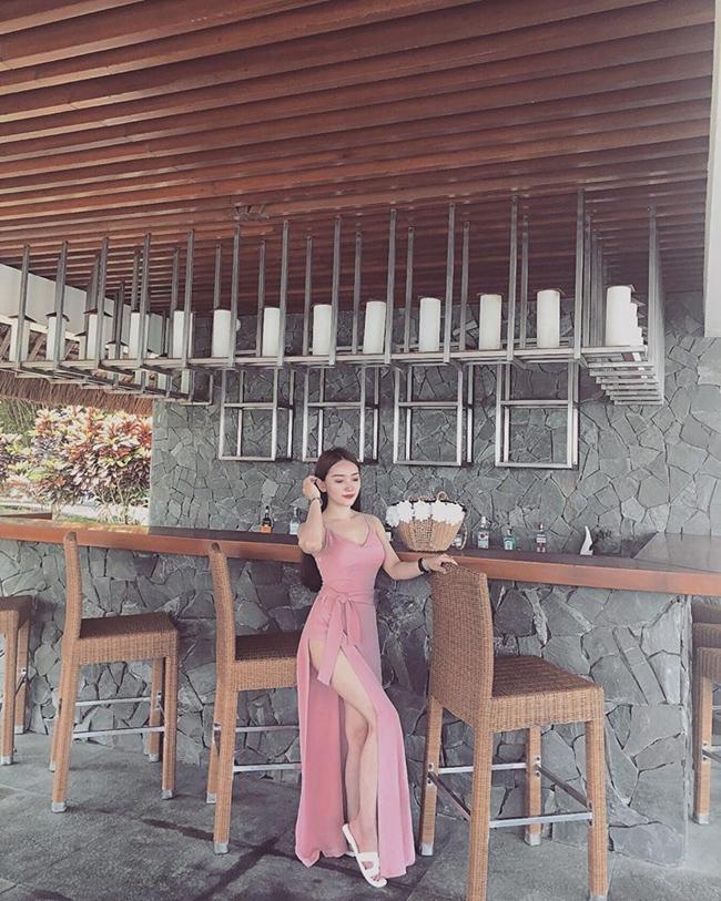 Bạn gái tiền vệ CLB Hoàng Anh Gia Lai có cuộc sống xa hoa, sang chảnh. Cô thường xuyên check-in ở nhiều địa điểm nghỉ dưỡng sang trọng.
