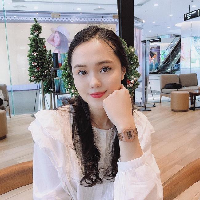 Quỳnh Anh sinh năm 1996, sở hữu gương mặt bầu bĩnh xinh đẹp cùng làn da trắng sứ. Bạn gái của trung vệ CLB Hà Nội là em vợ của tiền đạo Văn Quyết và là con gái thứ hai của ông Nguyễn Giang Đông - Chủ tịch CLB Sài Gòn FC.