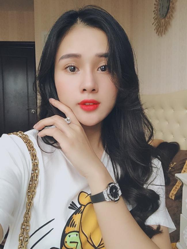 Bạn gái Trọng Đại khéo léo khoe nhẫn kim cương, đồng hồ hàng hiệu trên mạng xã hội.