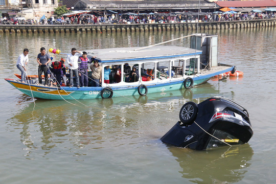 Vớt được thi thể gia đình 3 người lao xe xuống sông Hoài - 1