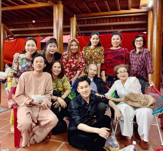 Hình ảnh hiếm hoi của bố mẹ Hoài Linh từ Mỹ về thăm nhà thờ Tổ 100 tỷ - 1
