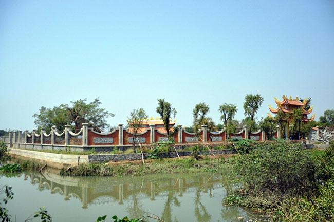 Phía ngoài của khu nhà thờ được bao quanh tường rào, có ao hồ tạo cảnh quan đẹp mắt.