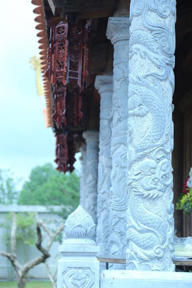Những hàng cột chạy dọc hành lang bằng đá điêu khắc hình búp sen.