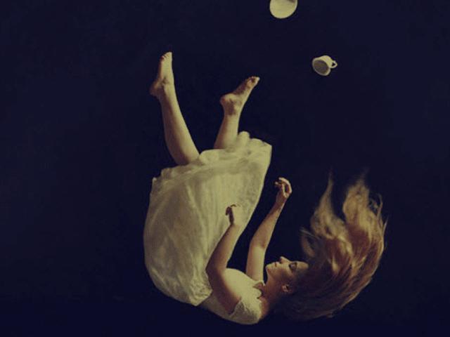 Giải mã hiện tượng giật mình khi ngã từ trên cao trong giấc ngủ