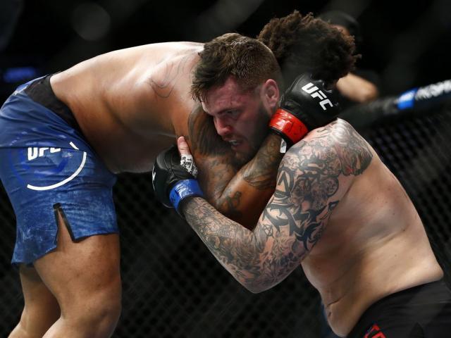 UFC tàn khốc: Đá gục đối thủ lại thành thua