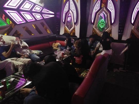 Hơn 40 nam nữ thác loạn trong quán karaoke ở Biên Hòa - 1