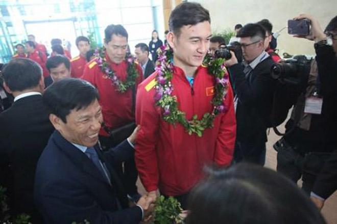 Bất ngờ với câu nói đầu tiên của Đặng Văn Lâm khi vừa về Việt Nam - 1