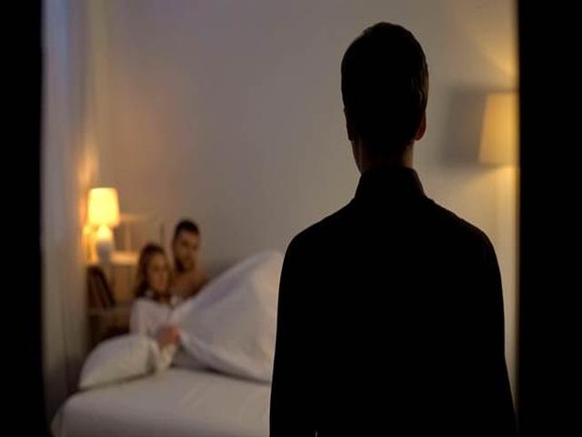 Chồng đi vắng, vợ đưa nhân tình về mặn nồng trên giường cưới