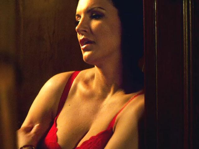 """""""Đỏ mặt"""" nữ võ sỹ nóng bỏng: Đang cởi 100% lại bị tụt khăn che"""
