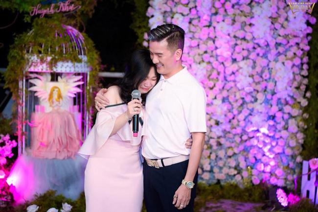"""Cô bé này có tên gọi thân mật """"bé Như"""", tên là Huỳnh Như. Cô bé chính là con đẻ của Huỳnh Minh Hạnh - em gái ruột của Đàm Vĩnh Hưng."""