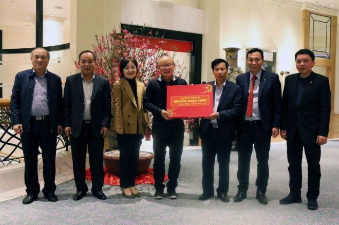 HLV Park Hang Seo rời Việt Nam về Hàn Quốc: Nhận quà tặng của Thủ tướng - 1