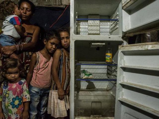 Venezuela: Trẻ em bới rác kiếm ăn trong khi 2 tổng thống tranh quyền