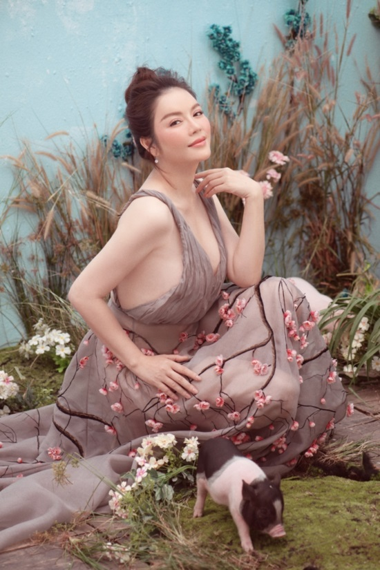 Ly Nha Ky picked up a special New Year photo with pigs, showing her beautiful beauty