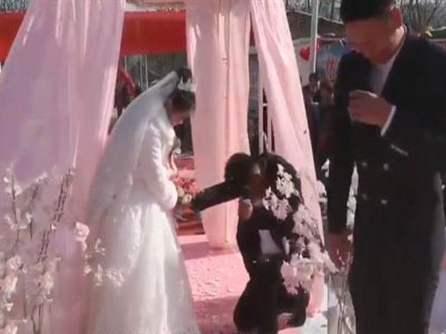 """Giữa hôn lễ, chú rể có """"thái độ lạ"""" khiến cô dâu hết hồn"""