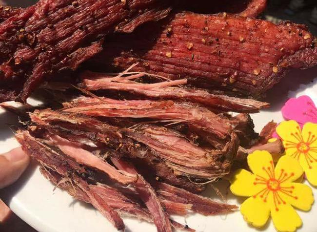 Thịt lợn gác bếp là một trong những đặc sản của núi rừng Tây Bắc. Sản phẩm này được khá nhiều người ưa chuộng vì giá thành không quá cao, hợp khẩu vị của họ.