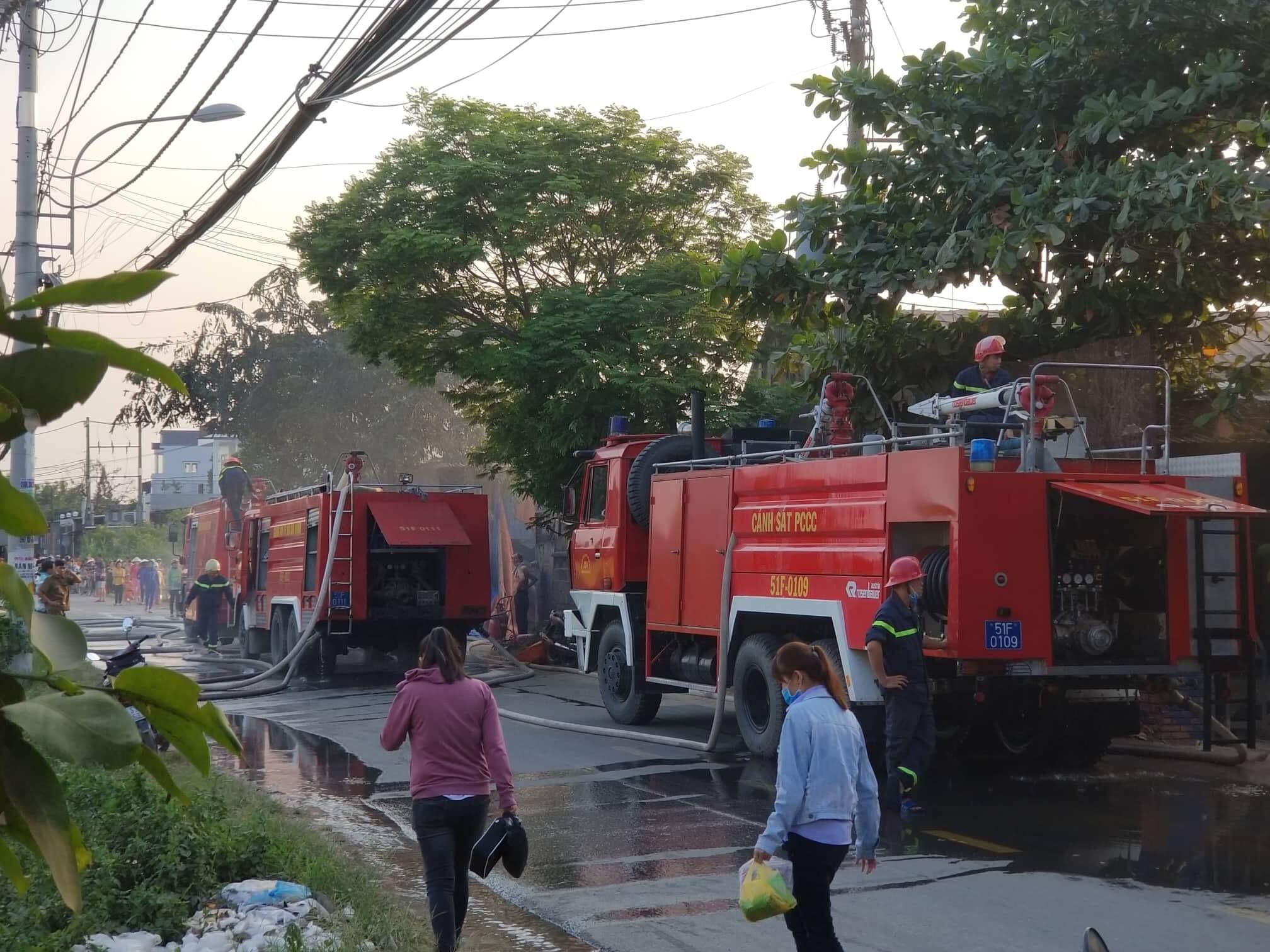 Cháy nhà xưởng chiều 26 Tết, dân gào khóc bỏ chạy - 1