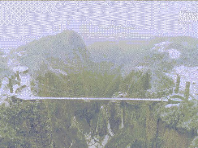 Cận cảnh cây cầu đáy kính cao nhất thế giới phủ băng tuyết trắng xóa