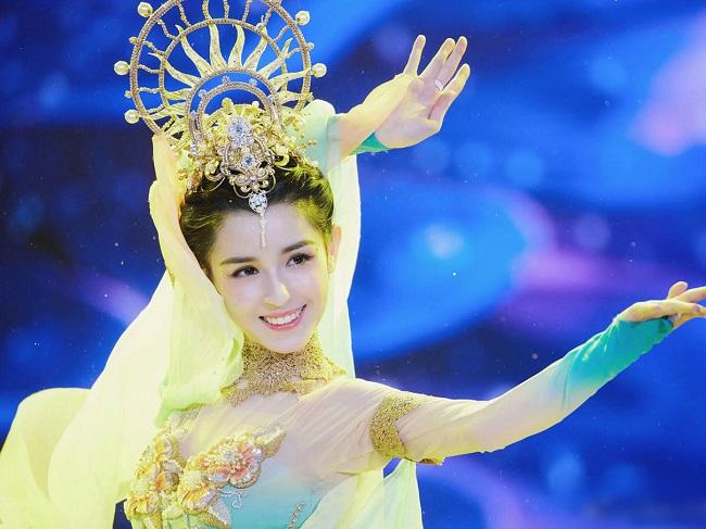 Cáp Ni Khắc Tư là mỹ nữ Tân Cương mới nổi hồi cuối năm 2018, vụt sáng như ngôi sao hạng A sau đêm trình diễn điệu múa Nhất Mộng Đôn Hoàng. Cô được coi là đối thủ nhan sắc hàng đầu của Địch Lệ Nhiệt Ba ở thời điểm hiện tại.