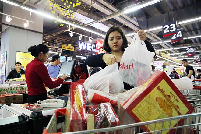 Người dân tấp nập vào siêu thị sắm Tết - 1