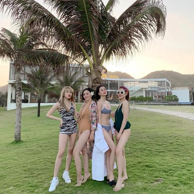 Những ngày cận Tết 2019, bốn chị em nhà Thiều Bảo Trang rủ rê cùng nhau đi du lịch sau một năm làm việc. Trên Facebook, Thiều Bảo Trang - Thiều Bảo Trâm đồng loạt chia sẻ ảnh 4 chị em khoe dáng trong trang phục áo tắm gợi cảm.