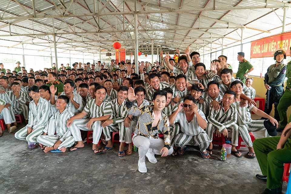 & # 34; Ong hoàng bolero remix & # 34; mang quà đặc biệt đến 3.000 phạm nhân Tiền Giang - 1